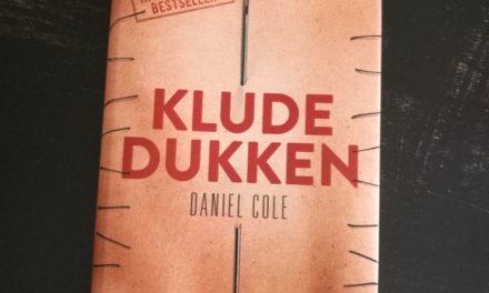 """""""Kludedukken"""" af Daniel Cole"""