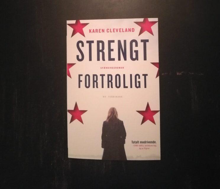 """""""Strengt fortroligt"""" af Karen Cleveland"""