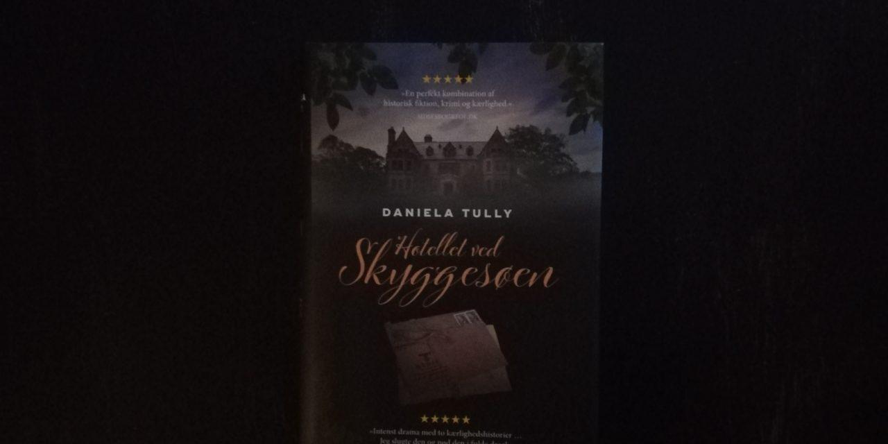 """""""Hotellet ved skyggesøen"""" af Daniela Tully"""