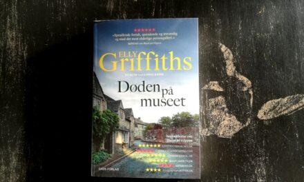 """""""Døden på museet"""" af Elly Griffiths"""