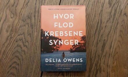 """""""Hvor flodkrebsene synger"""" af Delia Owens"""