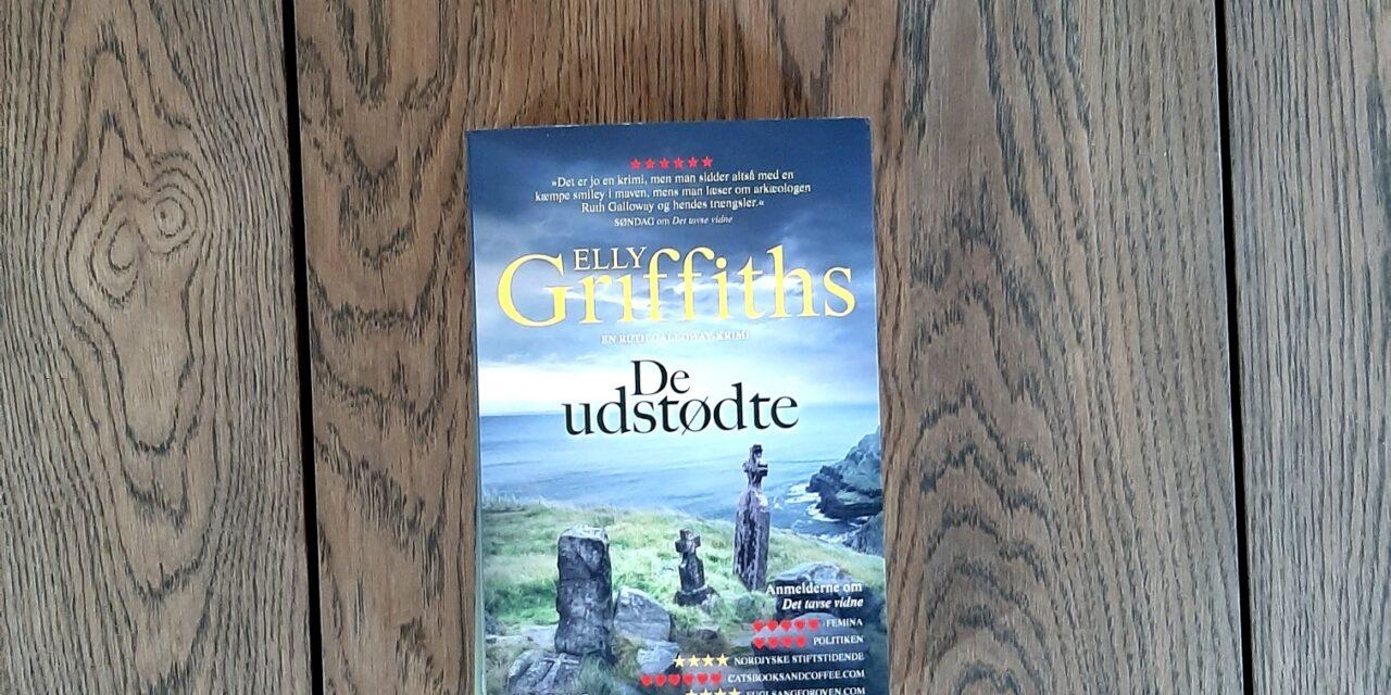 """""""De udstødte"""" af Elly Griffiths"""