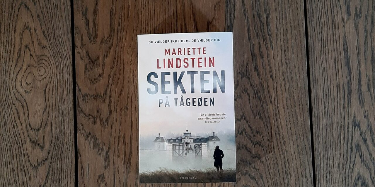 """""""Sekten på Tågeøen"""" af Mariette Lindstein"""