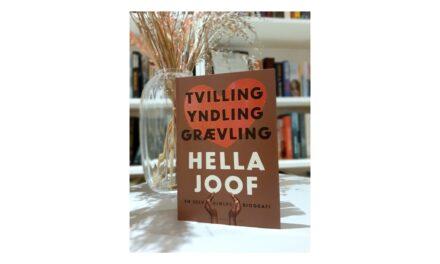 """""""Tvilling Yndling Grævling – en selv(hjælps)biografi"""" af Hella Joof"""