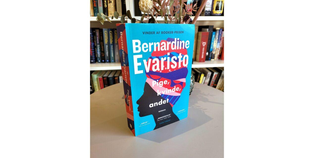 """""""Pige, kvinde, andet"""" af Bernardine Evaristo"""